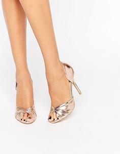 Сандалии цвета металлик на каблуке с открытым носком True Decadence - Золотой