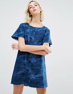 Джинсовое платье А-силуэта с камуфляжным принтом Liquor and Poker - Синий
