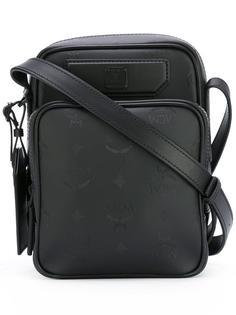 сумка-почтальонка с тисненым логотипом MCM