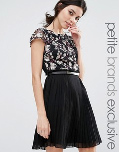 Короткое приталенное платье премиум с вышивкой и юбкой в складку Little Mistress Petite - Черный