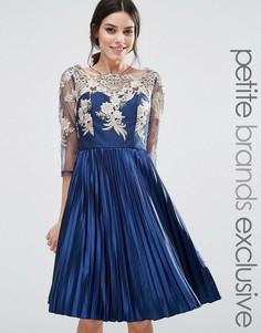 Платье с длинными рукавами и плиссированной юбкой Chi Chi London Petite - Розовый