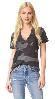 Свободная футболка с V-образным вырезом и камуфляжным принтом Monrow