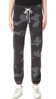 Объемные спортивные брюки с камуфляжным принтом в винтажном стиле Monrow
