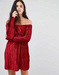 Бархатное платье с вырезом лодочкой и присборенной юбкой Club L - Красный