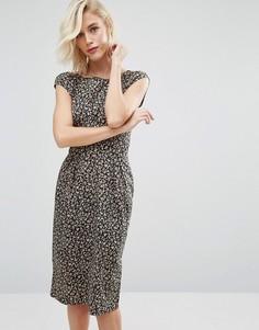 Платье с V-образным вырезом сзади и цветочным принтом Trollied Dolly Chic - Черный