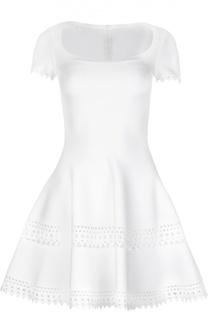 Приталенное мини-платье с перфорацией и овальным вырезом Alaia