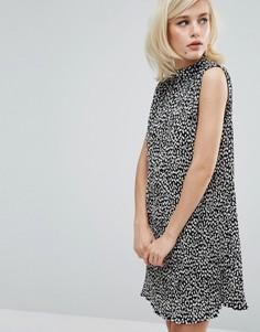 Плиссированное платье без рукавов с высоким воротом Fashion Union - Черный