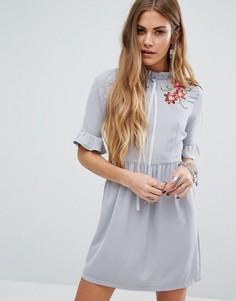 Чайное платье с завязкой-лентой на горловине и цветочной вышивкой Young Bohemians - Серый