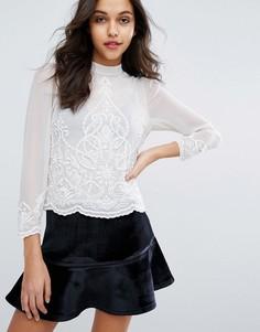 Блузка с высоким воротом и отделкой Miss Selfridge - Кремовый