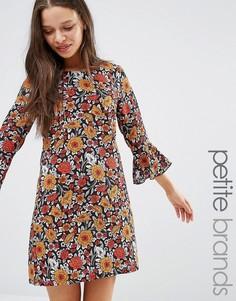 Цельнокройное платье с цветочным принтом и оборками на рукавах Yumi Petite - Мульти
