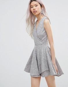 Короткое приталенное платье с запахом Wal G - Розовый