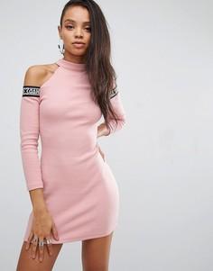 Облегающее платье с вырезами на плечах и фирменной лентой Shade London - Розовый