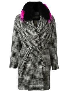 пальто в ломаную клетку со съемным воротником из меха енота Ava Adore