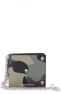 Кожаное портмоне с камуфляжным принтом и декоративной цепью Alexander McQueen