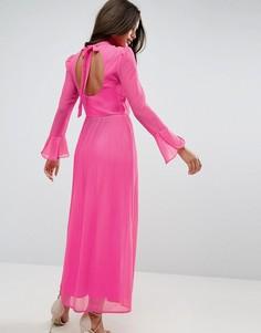 Плиссированное платье макси с высоким воротом и открытой спиной ASOS - Розовый