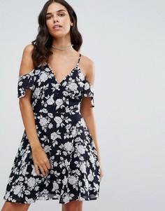 Чайное платье с открытыми плечами и цветочным принтом Influence - Черный