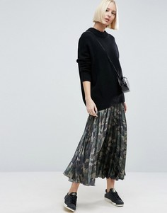 Плиссированная атласная юбка с камуфляжным принтом ASOS - Мульти
