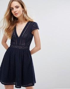 Платье мини с V-образным вырезом и кружевом кроше Liquorish - Темно-синий