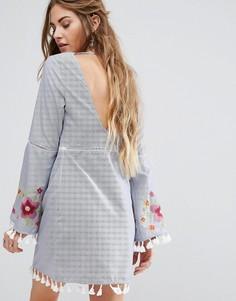 Свободное платье с открытой спиной и вышивкой Glamorous - Синий