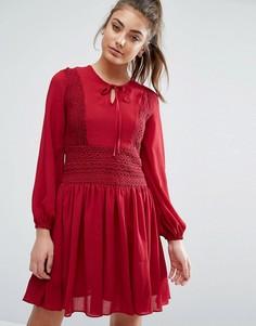 Короткое приталенное платье с кружевными вставками Boohoo - Красный