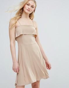 Приталенное платье с оборкой и свободной юбкой Daisy Street - Кремовый
