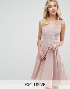 Платье миди с глубоким вырезом и отделкой TFNC WEDDING - Розовый