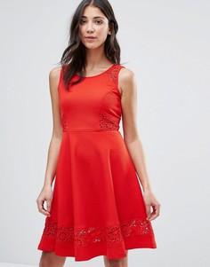 Короткое приталенное платье с кружевной отделкой Traffic People - Красный