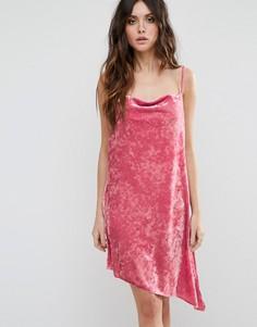 Бархатное платье со свободной горловиной и асимметричным низом ASOS PREMIUM - Розовый