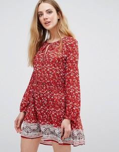 Цельнокройное платье с принтом QED London - Красный