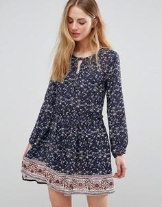 Цельнокройное платье с принтом QED London - Темно-синий