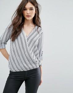 Блузка в полоску с запахом спереди QED London - Кремовый