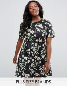 Короткое приталенное платье с цветочным принтом и ремнем Yumi Plus - Черный