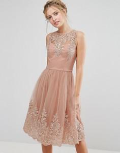 Премиум‑платье миди с кружевом и фигурными краями Chi Chi London - Розовый