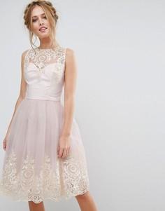 Платье миди из премиального кружева с фигурным краем сзади Chi Chi London - Розовый