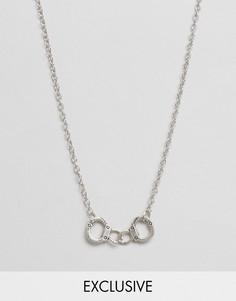 Ожерелье с подвеской в форме наручников Reclaimed Vintage - Серебряный