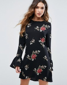 Цельнокройное платье с цветочным принтом и расклешенным рукавом Missguided - Черный
