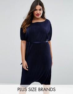 Цельнокройное плиссированное платье с ремнем Club L Plus - Темно-синий