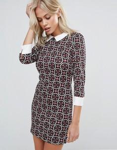 Платье с воротником и плиточным принтом QED London - Черный