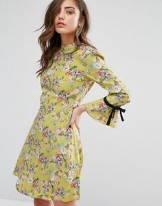 Чайное платье с высокой горловиной и цветочным принтом Miss Selfridge - Зеленый