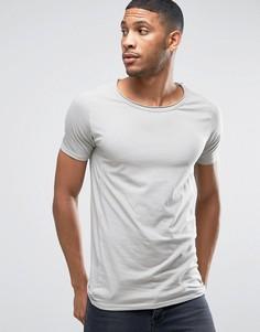 Обтягивающая футболка с овальным вырезом и необработанным краем Liquor & Poker - Серый