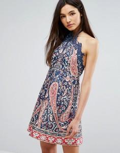 Короткое приталенное платье с завязкой на шее и принтом Comino Couture - Синий