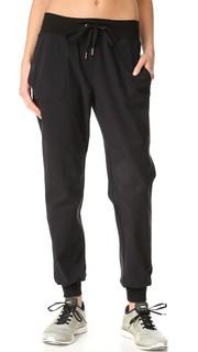 Перфорированные спортивные брюки с рисунком Beyond Yoga
