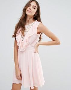 Кружевное приталенное платье с оборками Wal G - Розовый