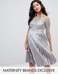 Платье с вышивкой и юбкой плиссе Chi Chi London Maternity - Серый