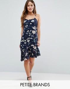 Платье на бретельках с заниженным подолом и оборкой Yumi Petite - Черный