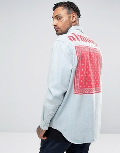 Джинсовая рубашка навыпуск с принтом на спине ASOS - Синий