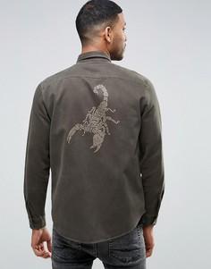 Рубашка навыпуск в стиле милитари со скорпионом из заклепок на спине ASOS - Зеленый