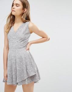 Короткое приталенное платье с запахом Wal G - Серый