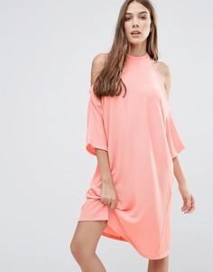 Oversize-платье миди с вырезами на плечах Liquorish - Розовый