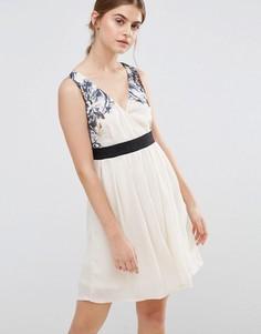 Короткое приталенное платье с цветочным принтом на лифе Jasmine - Кремовый